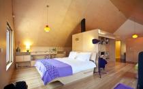 interior dormitorio madera bajo cubierta