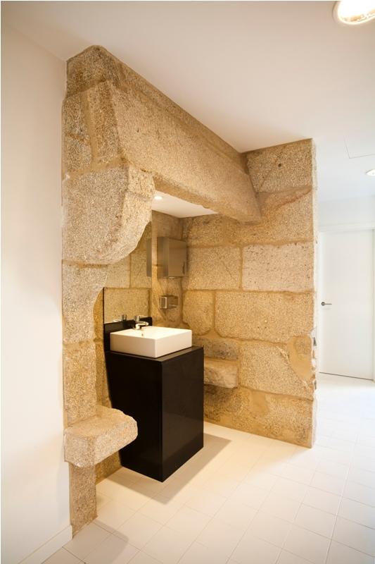 lavabo en la lareira recuperada  de piedra