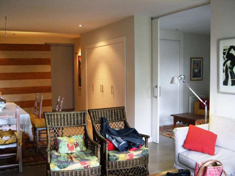 Grandes puertas correderas como incorporar espacios sin for Puertas correderas salon