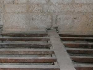 apoyo viga madera en muro piedra cajeado de madera