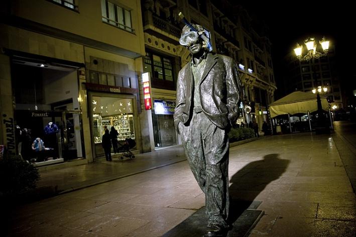 SpY estatua