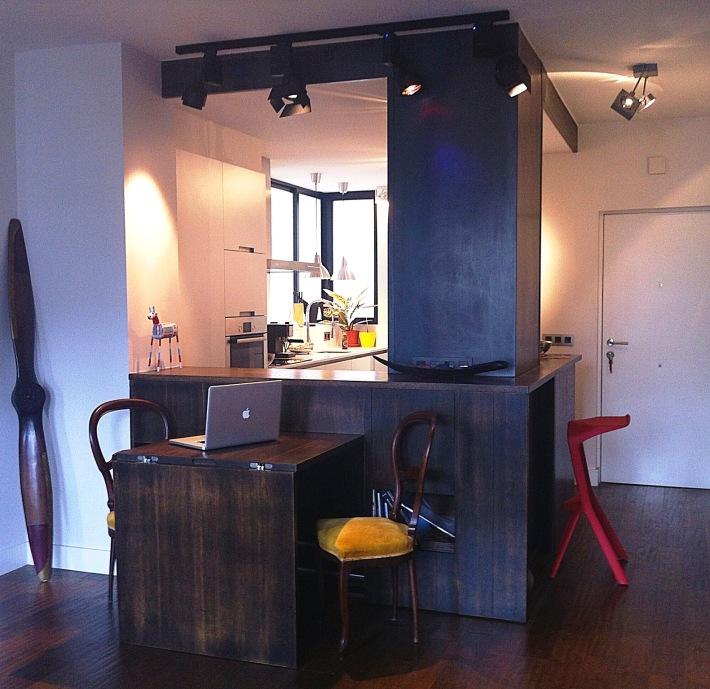 mesa comedor parcialmente recogida barra madera apartamento pequeño