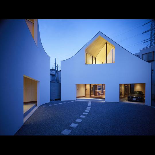 NAF architects & design a home made of two vivienda japon muro dos viviendas que encajan