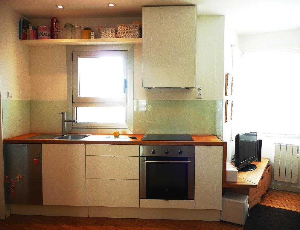 cocina ikea abstrak blanca encimera madera abedul vidrio lacobel blanco lavavajillas acero