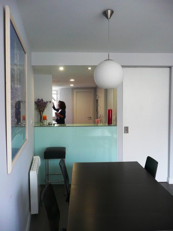 cocina ikea blanca barra vidrio salón