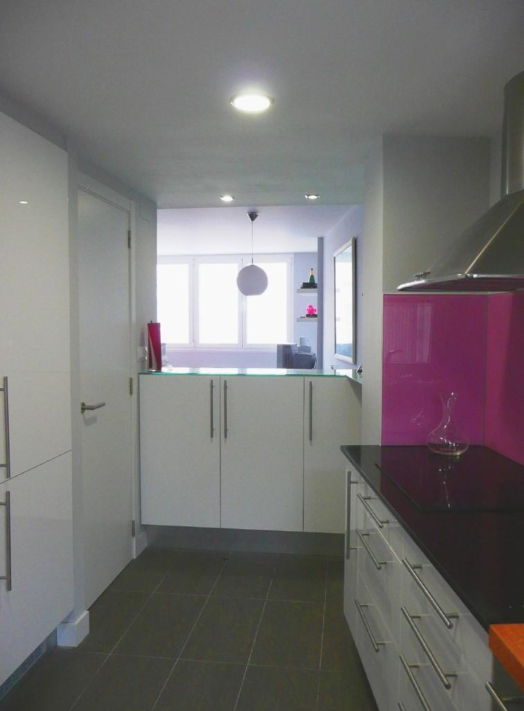 cocina ikea blanca barra vidrio saln encimera granito vidrio lacobel rosa
