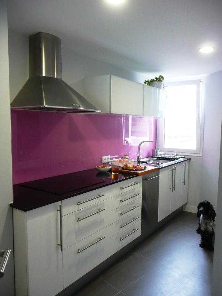 cocina ikea blanca barra vidrio salón encimera granito vidrio lacobel rosa