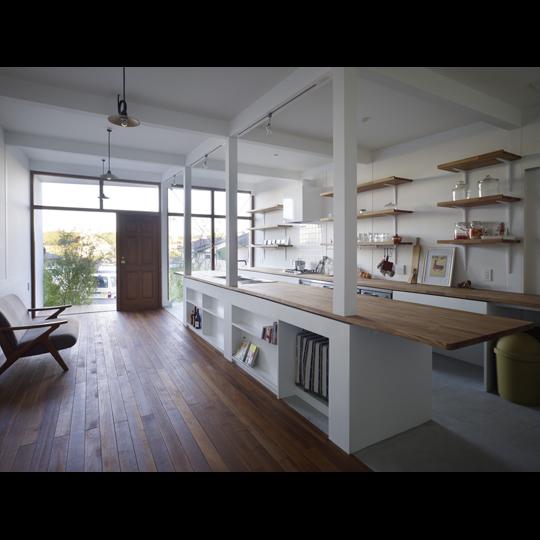 NAF architects & design dual chanel house vivienda japon ampliacion tunel cocina madera