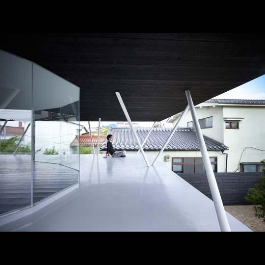 NAF architects & design vivienda unfamiliar japon terraza pilares inclinados