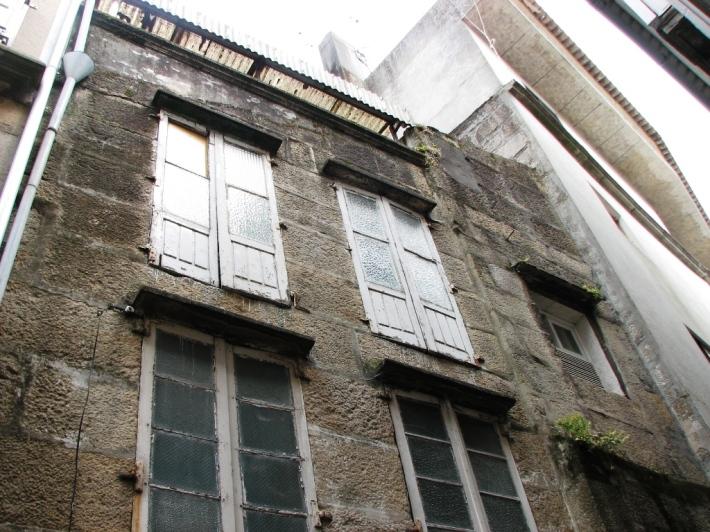 fachada de silleria de piedra de granito con encintado de cemento