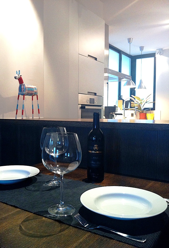 mesa comedor cocina blanca barra madera apartamento pequeño