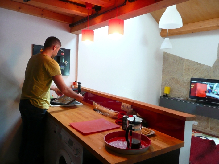 cocina ikea aplad negra vidrio lacobel rojo encimera madera abedul tabique media altura