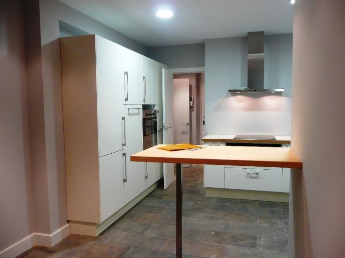 cocina ikea aplad blanca encimera laminada barra madera maciza