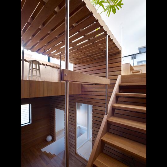 architects & design switch box inside vivienda unfamiliar japon caja madera escalera